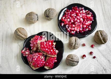 Granada en el plato de frutas y nueces.
