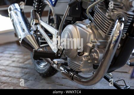 Rusia, Izhevsk - Agosto 23, 2019: motocicleta Yamaha shop. Imagen recortada de moto YBR125. La famosa marca mundial.