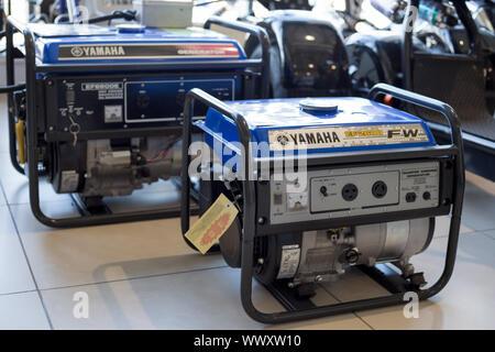 Rusia, Izhevsk - Agosto 23, 2019: Yamaha showroom. Los generadores diesel modernos de Yamaha. La famosa marca mundial.