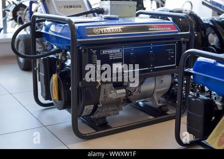 Rusia, Izhevsk - Agosto 23, 2019: Yamaha showroom. Generador Diesel modernos Yamaha EF6600E. La famosa marca mundial.