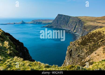 Waterstein Head y Neist Point sobre Moonen Bay, desde el acantilado, Ramasaig Duirinish, Isla de Skye, Escocia, Reino Unido Foto de stock