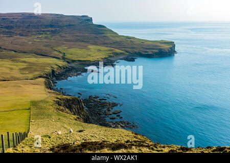 La azada sobre Ramasaig Bay, desde el acantilado, Ramasaig Duirinish, Isla de Skye, Escocia, Reino Unido Foto de stock