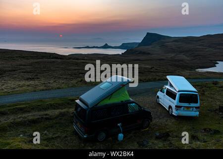 Dos Mazda Bongo autocaravanas cerca de Loch Eishort, mirando hacia Waterstein Head y Neist Point al atardecer, Duirinish, Isla de Skye, Escocia, Reino Unido