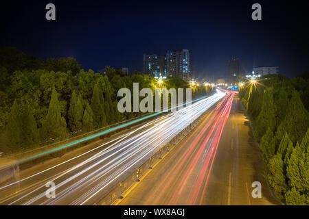 Estelas de luz en City Road.