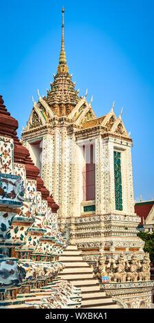 Hermosa vista de primer plano de la guerra Arun. Bangkok, Tailandia. Panorama vertical Foto de stock