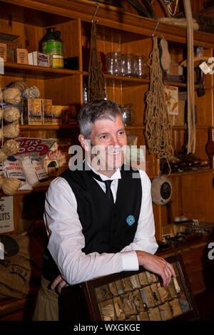 Reino Unido, Condado de Durham, Beamish, museo, ciudad, murgas voluntario detrás del mostrador de la tienda de Co-Op Annfield Plain Industrial Foto de stock