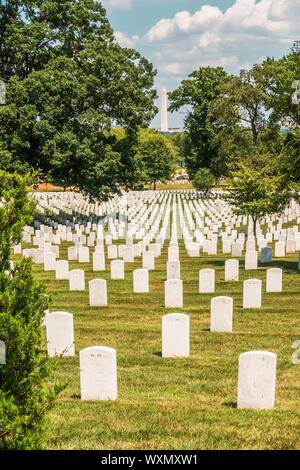 El Cementerio Nacional de Arlington, la tumba y el Monumento Washington en el fondo, Washington DC, EE.UU. Foto de stock
