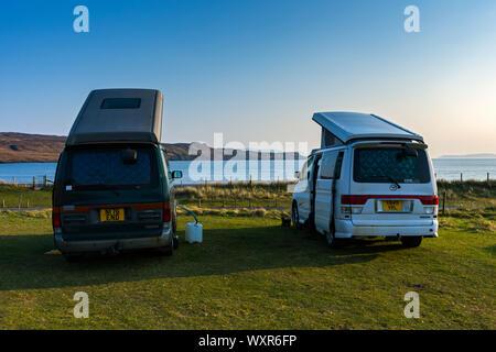 Dos Mazda Bongo autocaravanas en el sitio de campamento en Glen quebradiza, Minginish, Isla de Skye, Escocia, Reino Unido