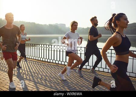 Grupo de corredores en el parque en la mañana.