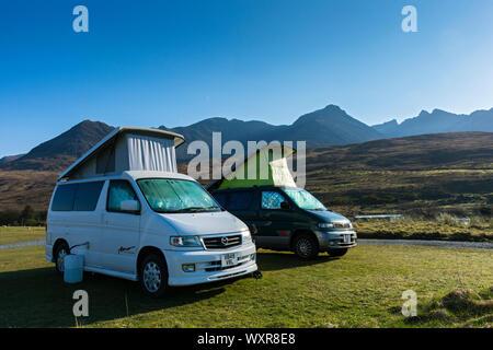 Dos Mazda Bongo autocaravanas en el sitio de campamento en Glen quebradiza con las montañas Cuillin detrás. Minginish, Isla de Skye, Escocia, Reino Unido