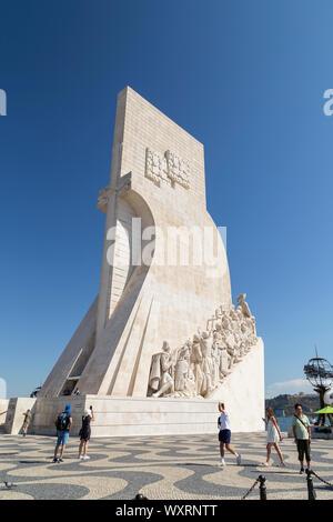 Los turistas en el Padrao dos Descobrimentos (Monumento a los descubrimientos) monumento en el borde del río Tajo en el barrio de Belem en Lisboa, Portugal.