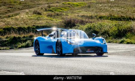 Dallara Stradale circulando alrededor de los caminos sinuosos de Beachy Head en el Reino Unido South Downs Sussex