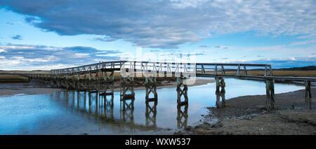 Paseo de madera Puente sobre el arroyo tranquilo y Salt Marsh en Massachusetts, EE.UU.