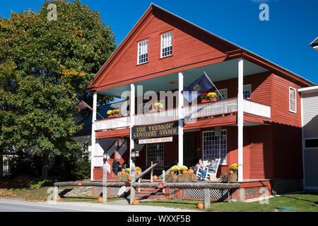 Los turistas en la tradicional y pintoresca Vermont Country Store, que vende comida, souvenirs y regalos en Weston, Vermont, Nueva Inglaterra, EE.UU.