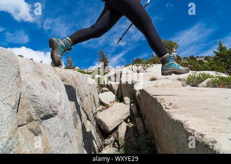 Mochilero fuera de senderos en la desolación desierto en saltar grietas de granito