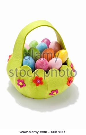 Una canasta llena de huevos coloreados