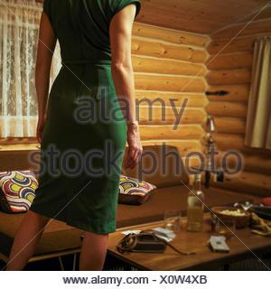 Canadá, Alberta, Cochrane, vista trasera de la mujer de mediados de siglo el estilo cabaña luciendo vestidos retro Foto de stock