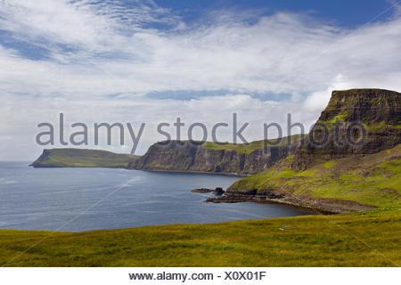 Acantilados, Bahía, Waterstein Head, Ilse de Skye, Highlands, Escocia Foto de stock