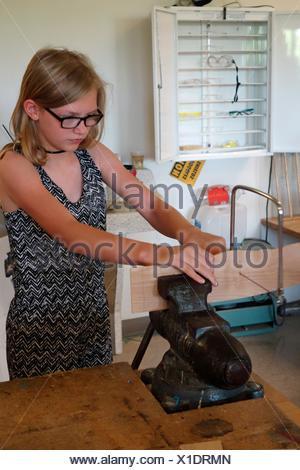 6º grado chica utilizando Sierra Caladora con el vicio en la tecnología Clase, Schenectady, Nueva York, Estados Unidos.