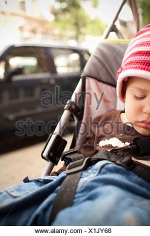 Niño niño durmiendo en el cochecito