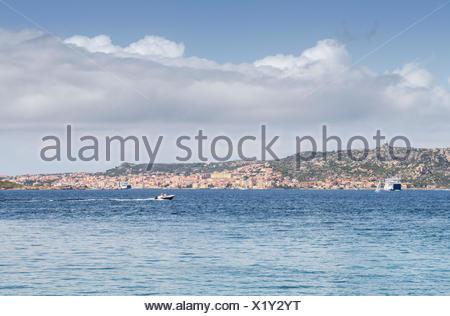 Viaje en barco en el mar azul Palau provincia de Sassari Cerdeña Italia Europa