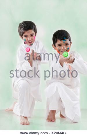 Dos muchachos jugando con pichkaris Foto de stock