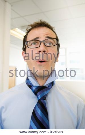 Retrato de un hombre de negocios buscando