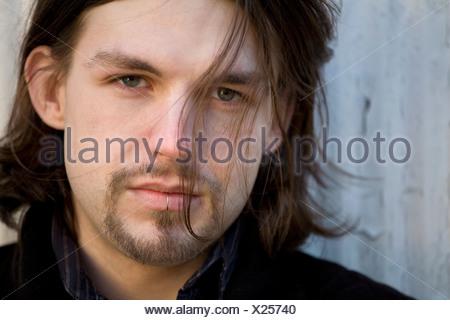 Joven con piercing de labio, Retrato