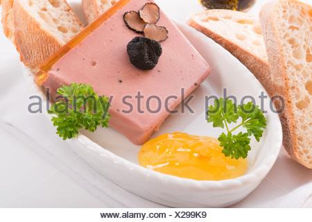 Pastel con gelatina y trufa