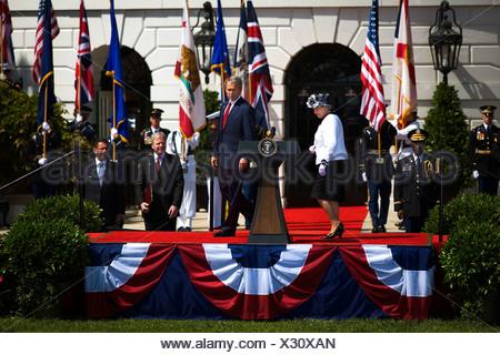 La Reina Isabel II del Reino Unido es bienvenida a la Casa Blanca en una llegada oficial del Estado por el Presidente George W. Bush