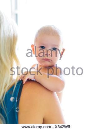 Madre sosteniendo Baby Boy (18-23 meses)