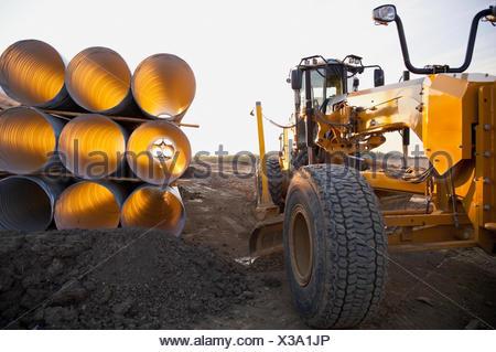 Alcantarilla tubo utilizado en la construcción de carreteras; en Edmonton, Alberta, Canadá Foto de stock