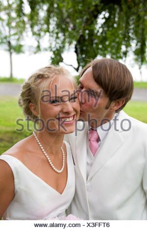 Retrato de pareja casada al aire libre