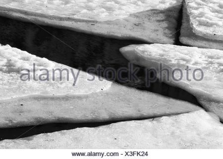 Hojas de hielo en un lago de montaña, Lofoten, Noruega