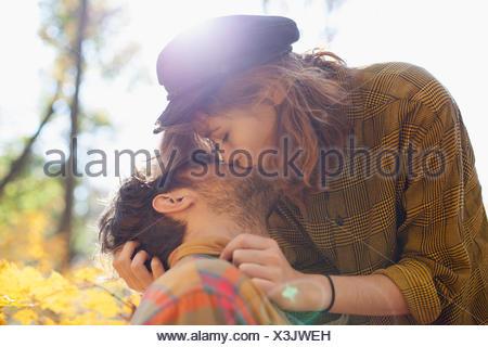 Joven pareja besándose en un parque Foto de stock