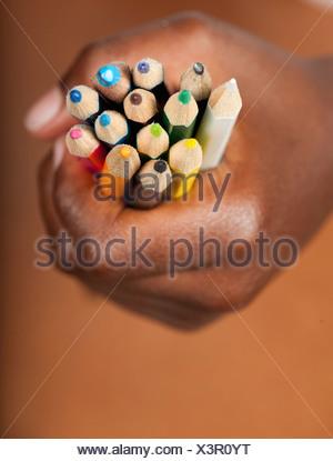 Childs agarre mano lápices de colores, de Johannesburgo, en la provincia de Gauteng, Sudáfrica