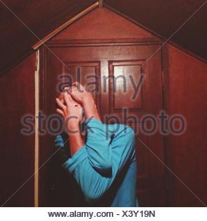 El hombre que cubren la cara con las manos fuera de casa