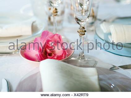 Establecer y decoradas mesa, cerca