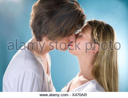Pareja joven beso