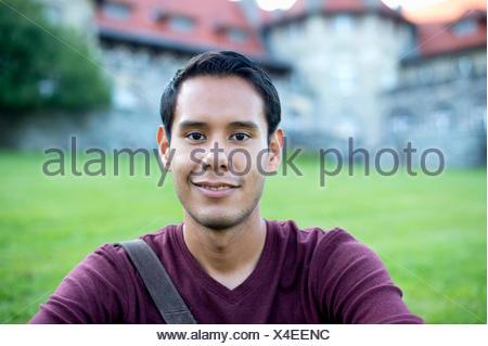Cabeza y hombros retrato de un hombre joven