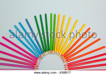 Lápices de colores dispuestos en semicírculo
