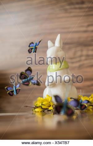 Close-up de Conejo de Pascua con mariposas artificial