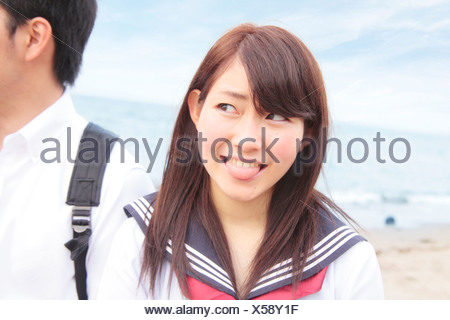 Mujer joven con lengua fuera