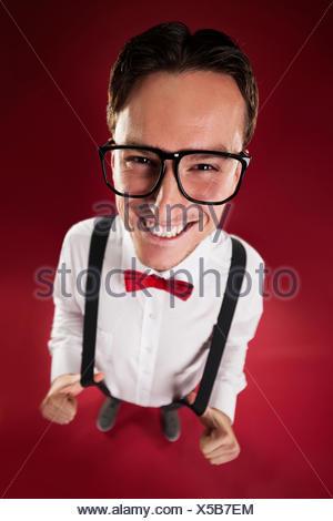 Retrato del hombre nerdy vestidos de rojo pajarita y tirantes Debica, Polonia