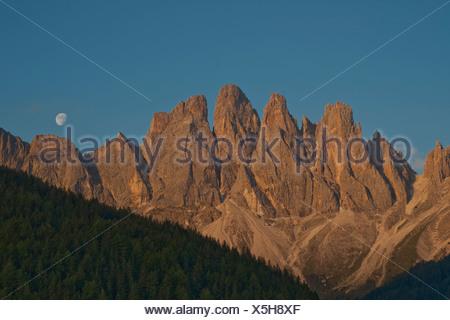 La luna se eleva por encima del rango Odle, dolomitas, Tirol del Sur, Italia, Europa Foto de stock