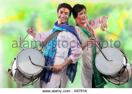 Dos hombres jugando en dhols Foto de stock