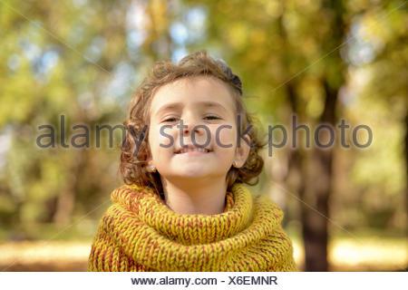 Pretty Little Girl (4-5) jugando en el parque