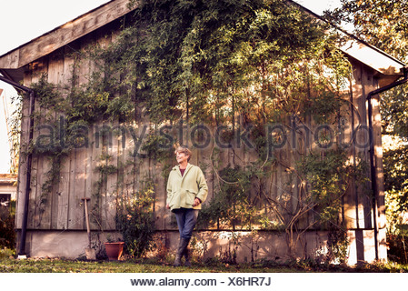 Retrato de mujer madura, feliz en el jardín