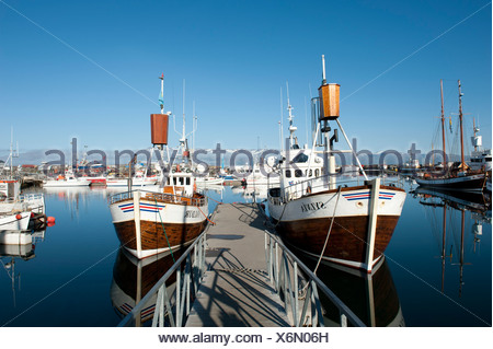 Wharf, viejos barcos de pesca, avistamiento de barcos en el puerto de Húsavík, Islandia, Escandinavia, Europa septentrional, Europa