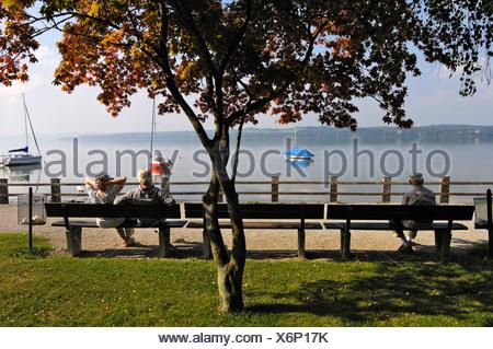 Los ancianos en una banca del parque, en el lago Ammersee Schondorf, Baviera, Alemania, Europa